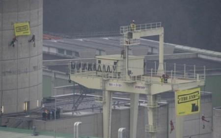 Rozvinuté transparenty v areálu švýcarské jaderné elektrárny Beznau. (Zdroj: World Nuclear News)