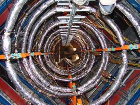 Pohled do zkoušeného prototypu parogenerátoru se spirálovitě uspořádanými teplosměnnými trubkami. (Zdroj: World Nuclear News)