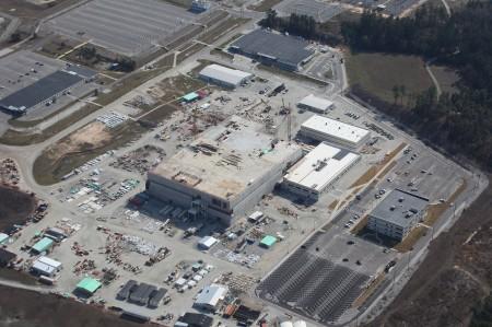 Letecký snímek staveniště závodu MFFF ze srpna 2013. (Zdroj: Foe.org)