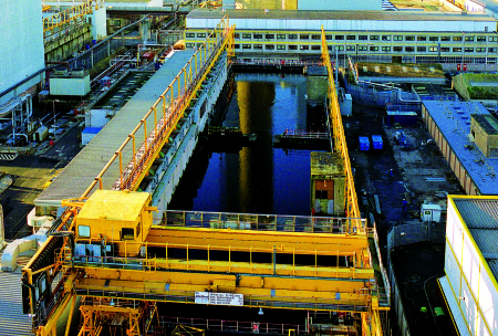 Skladovací bazén PFSP v Sellafieldu je se svými rozměry 100x25x7 metrů největší otevřený bazén tohoto typu na světě. (Zdroj: Sellafieldsites.com)