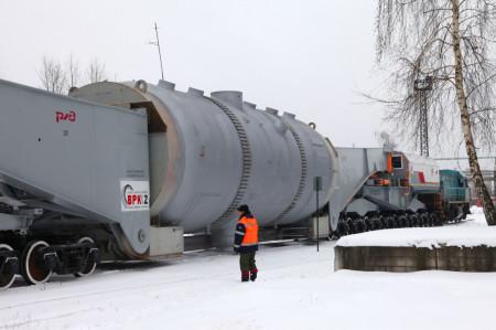 Parogenerátor na speciálním železničním vagonu dlouhém 66 metrů. (Zdroj: Aozio.ru)