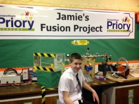 """Nejmladší """"fúzař"""" Jamie Edwards před svým zařízením. (Zdroj: World Nuclear News)"""
