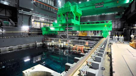 Jeřáb pro manipulaci s palivovými kazetami i přepravními kontejnery nad skladovacím bazénem čtvrtého bloku JE Fukušima Dajiči. (Zdroj: Rt.com)