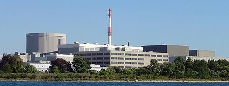 Jaderná elektrárna Millstone se svými třemi bloky. První blok varného typu od společnosti General Electric je již mimo provoz, druhý tlakovodní dodaný společností Combustion Engineering má instalovaný výkon 869,5 MWe a třetí blok (také tlakovodní) pocházející od společnosti Westinghouse má výkon 1210 MWe. (Zdroj: Dom.com)