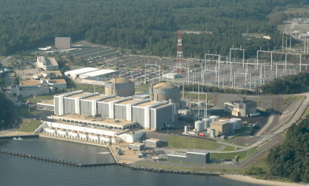 Elektrárna Calvert Cliffs byla první americkou jadernou elektrárnou, která obdržela prodloužení provozní licence ze 40 na 60 let. Na výstavbě jejích dvou tlakovodních bloků se podílely společnosti Combustion Engineering, Westinghouse a General Electric. Bloky byly spuštěny v letech 1975 a 1977 a mají instalovaný výkon 875 MWe. (Zdroj: Baltimoresun.com)