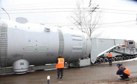 Parogenerátor vážící 430 tun je uložený na speciálním železničním vagonu. (Zdroj: Atominfo.ru)