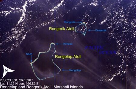 Snímek atolů Rongelap a Rongerik, které jsou dodnes neobyvatelné. (Zdroj: War Is Boring)