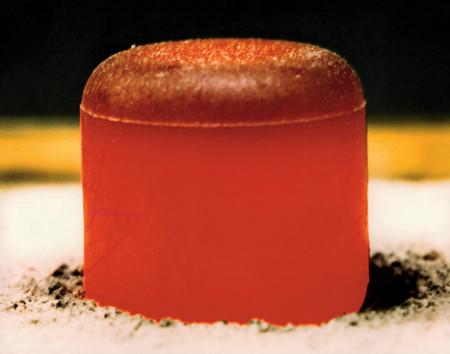 Palivová peleta plutonia-238 pro použití v radioizotopovém termoelektrickém generátoru. (Zdroj: Theengineer.co.uk)
