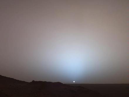 Fotografie západu Slunce na Marsu zachycená vozítkem Spirit byla uskutečnitelná jen díky radioizotopovým topným článkům, které zajistily snímacím zařízením dostatečnou teplotu k provozu. (Zdroj: Jpl.nasa.gov)