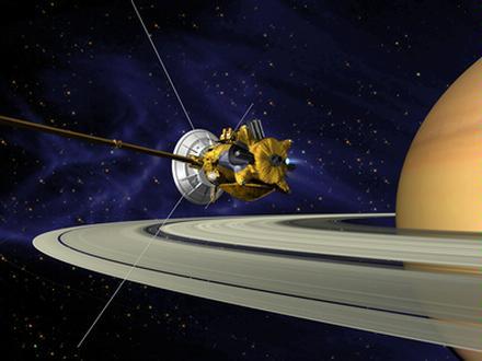 Umělecké pojetí manévru při průletu planetární sondy Cassini kolem Saturnu těsně po zažehnutí hlavního motoru. (Zdroj: Jpl.nasa.gov)