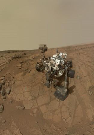 Autoportrét vozítka Curiosity. Všimněte si, že na rozdíl od svých předchůdců nemá solární panely, ale v jeho zadní části můžete vidět bílý radiátor radioizotopového termoelektrického generátoru. (Zdroj: Nasa.gov)