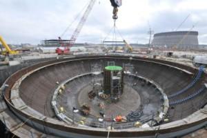 Spouštění modulu CA-04 na dno kontejnmentu třetího bloku jaderné elektrárny Vogtle, které proběhlo v prosinci minulého roku. (Zdroj: World Nuclear News)