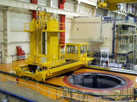Zavážecí stroj nad skladovacím bazénem. Stroj je společný pro oba bloky se společnou reaktorovou halou a během odstávek je mezi oběma reaktory přesouván pomocí stropních jeřábů. (Zdroj: Atominfo.cz)