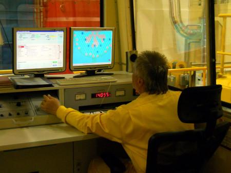 Obsluha zavážecího zařízení při práci. (Zdroj: Atominfo.cz)