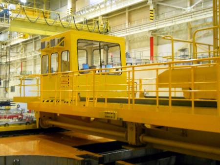 Bližší pohled na zavážecí stroj, který váží 19 tun. (Zdroj: Atominfo.cz)