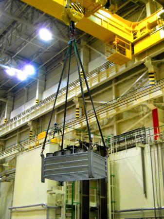 Přesun (ne příliš těžkého) nákladu pomocí stropního jeřábu, který má nosnost 32 tun. (Zdroj: Atominfo.cz)