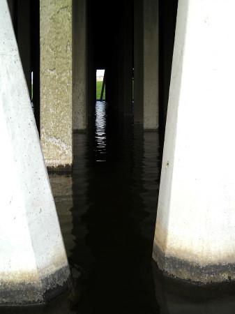 Klidná hladina v nádrži pod chladicí věží není nic běžného, za provozu zde mezi sloupy padají proudy vody. (Zdroj: Atominfo.cz)