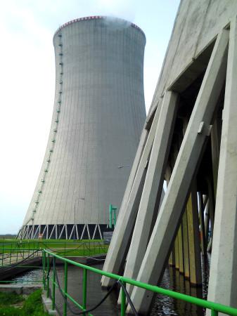 Pohled od věže mimo provoz k věži v provozu. (Zdroj: Atominfo.cz)