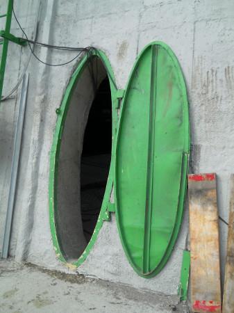 Tímto otvorem vysokým 170 cm a širokým lehce přes půl metru je potřeba vynosit starou konstrukci ven a nanosit nový materiál dovnitř. Přesun materiálu je znesnadněn i tím, že se tento otvor nachází ve výšce 12 metrů nad okolním terénem. (Zdroj: Atominfo.cz)