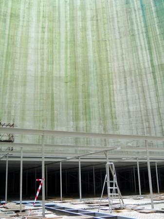 Uvnitř chladicí věže. Jen malou část z její úctyhodné výšky zabírá vnitřní vestavba. (Zdroj: Atominfo.cz)