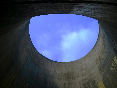 Na závěr pohled vzhůru, kudy z chladicí věže uniká vodní pára. Kvůli tvaru stěn chladicích věží dochází při pohledu od její stěny k zajímavému zkreslení tvaru. (Zdroj: Atominfo.cz)