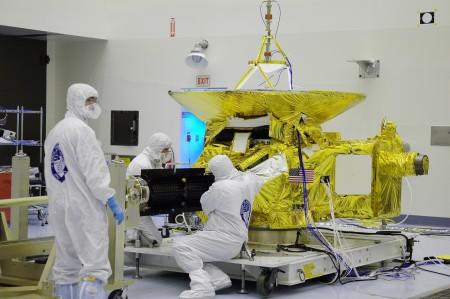 Závěrečná příprava sondy New Horizons před vzletem do vesmíru. (Zdroj: Solarsystem.nasa.gov)