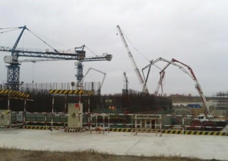 Betonáž základů prvního bloku s reaktorem typu CAP-1400. (Zdroj: World Nuclear News)