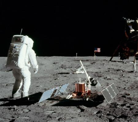 Americký kosmonaut Buzz Aldrin vedle seismické stanice umístěné na povrchu Měsíce v roce 1969 během mise Apollo 11. (Zdroj: Nasa.gov)