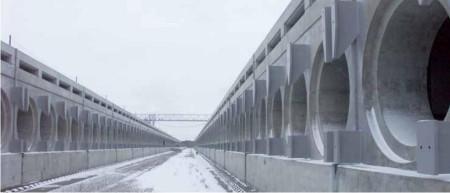 Poblíž Černobylské jaderné elektrárny již jedno dlouhodobé skladiště použitého jaderného paliva vzniká. Bude zde skladováno přes 20 000 palivových kazet ze tří nepoškozených černobylských reaktorů typu RBMK-1000 a to po dobu 100 let. Na fotografii jsou původní skladovací moduly, které budou kromě jiných budov v areálu Černobylské elektrárny použity pro nové skladiště. (Zdroj: Ebrd.com)