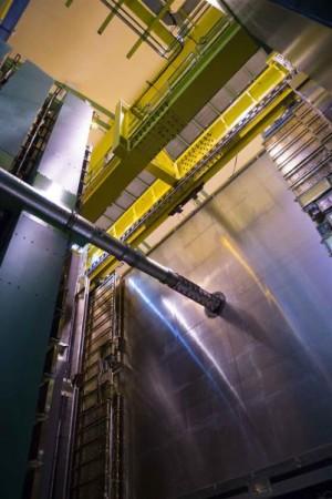 Detektor LHCb, na obrázku je patrná trubka, kterou probíhá svazek protonů.