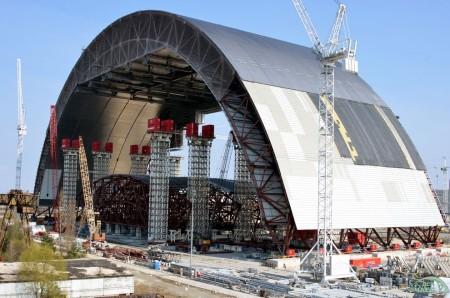 Zatímco je první polovina připravována na přesun, vrchní část druhé poloviny již vzniká. (Zdroj: Chnpp.gov.ua)