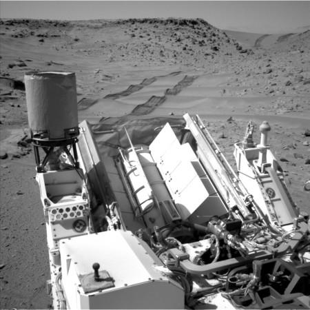Pohled vozítka Curiosity dozadu, na němž je lépe vidět vnější plášť radioizotopového termoelektrického generátoru. (Zdroj: Nasa.gov)