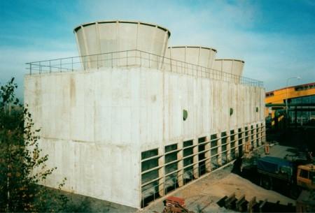 Příklad chladicích věží s nuceným tahem z jiného podniku. Tuto trojici věží stavěla v roce 1996 společnost Chladicí věže Praha pro společnost Příbramská teplárenská, a. s. (Zdroj: Chv-praha.cz)