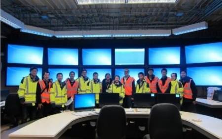 Pracovníci společností Westinghouse a Sanmen Nuclear Power Company v nově zprovozněném velíně prvního san-menského bloku. (Zdroj: World Nuclear News)