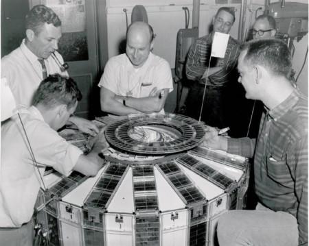 Příprava družice Transit 4A před jejím vzletem do vesmíru. (Zdroj: Space.com)