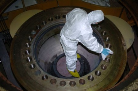 Čištění rozvodového stupně hlavního cirkulačního čerpadla jednoho z bloků JE Pakš. (Zdroj: Paksnuclearpowerplant.com)