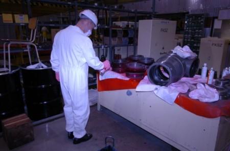 Test stavu materiálu spojek hlavního cirkulačního čerpadla jednoho z bloků JE Pakš. (Zdroj: Paksnuclearpowerplant.com)