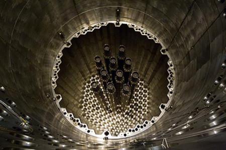 Vkládání imitátorů palivových kazet do aktivní zóny třetího bloku Rostovské jaderné elektrárny. (Zdroj: Atomic-energy.ru)