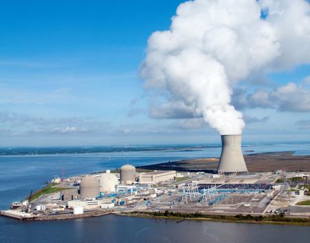 Dvě různé elektrárny na jednom místě: Salem s dvěma tlakovodními bloky, která vypouští odpadní teplo do řeky kousek před jejím ústím do moře, a Hope Creek s jedním varným reaktorem a chladicí věží. (Zdroj: Pseg.com)