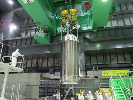 Přesun paliva z poškozeného bazénu 4. bloku JE Fukušima je za polovinou