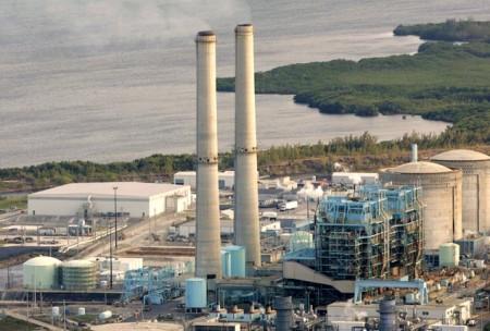 Zajímaví sousedé - dva jaderné bloky a dva bloky spalující zemní plyn. V dolní části snímku si ještě můžete všimnout komínů dalších reaktorů spalujících plyn. (Zdroj: Palmbeachpost.com)