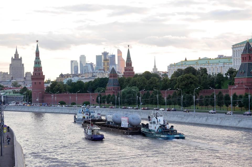 Díly pro Leningradskou JE-2 propluly centrem Moskvy