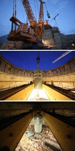 Tlaková nádoba JE Leningrad II byla na své místo spuštěna otevřenou střechou kontejnmentu