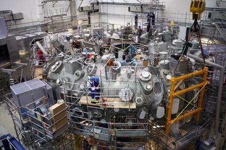 Uzavřená vakuová komora stelarátoru W7-X.
