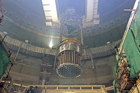 Vnitřní části reaktoru AP1000 elektrárny San-men vČíně byly spuštěny do tlakové nádoby