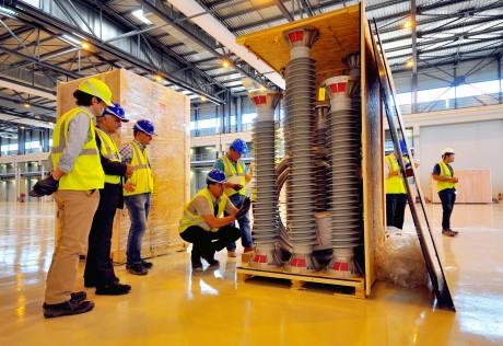 Na ITER dorazily první komponenty jeho elektrické části