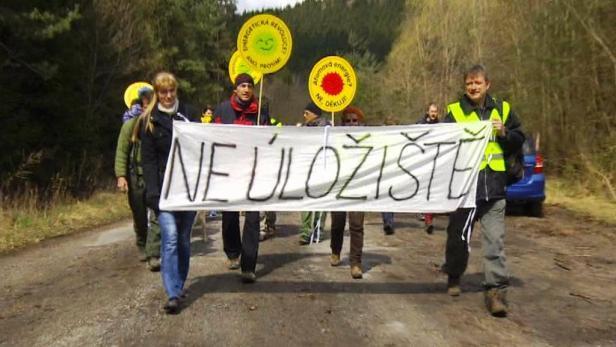 Protestů proti úložišti jaderného odpadu se zúčastnili stovky lidí.
