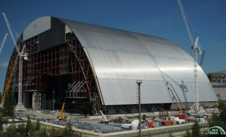 Poloviny nového černobylského sarkofágu byly spojeny dohromady