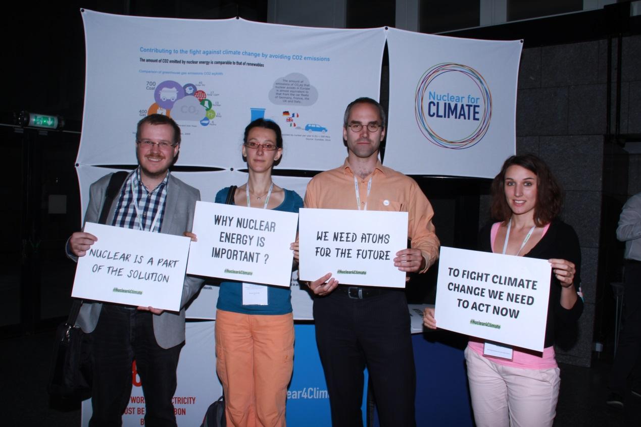 """Hlavní motto setkání Mladé generace evropské nukleární společnosti: """"Jádro nám pomůže vboji proti globálnímu oteplování"""""""