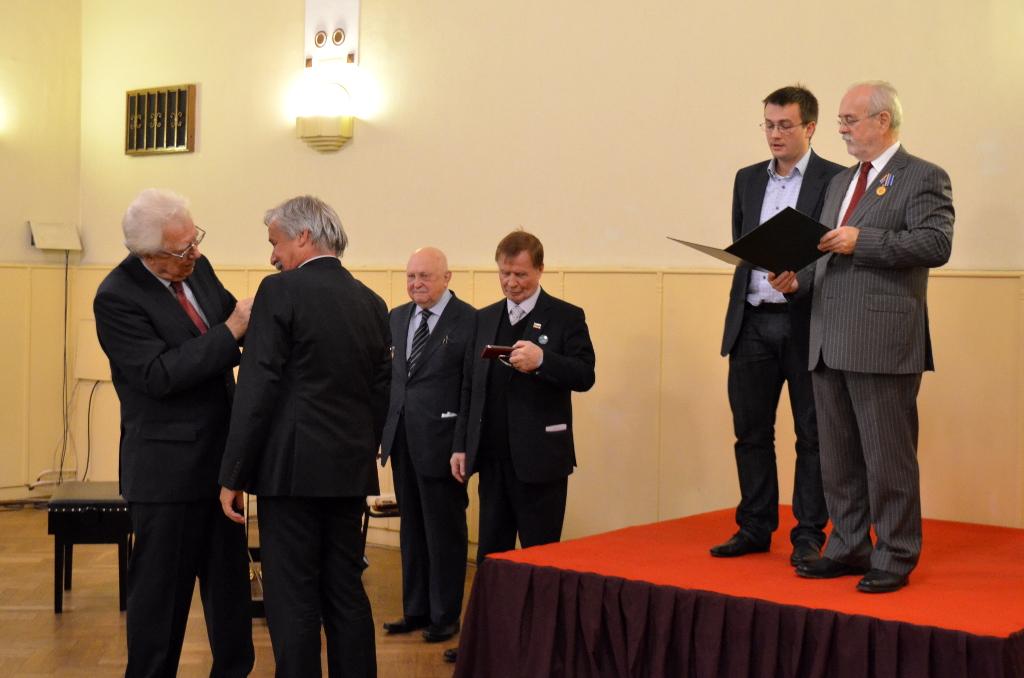 Čeští veteráni jaderného průmyslu byli oceněni medailemi za přínos k jeho rozvoji